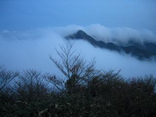 霧に包まれる鎌ヶ岳