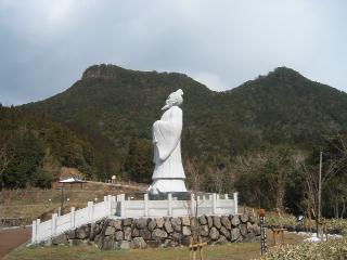 徐福像と冠岳