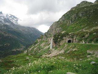 トンネルの上から滝