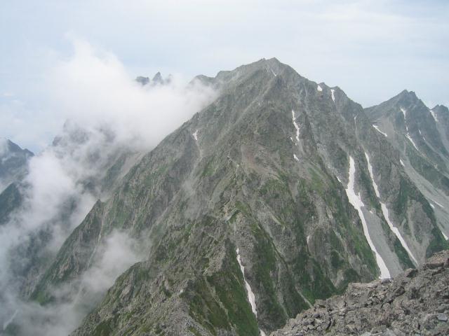 前穂高岳から奥穂高岳を望む