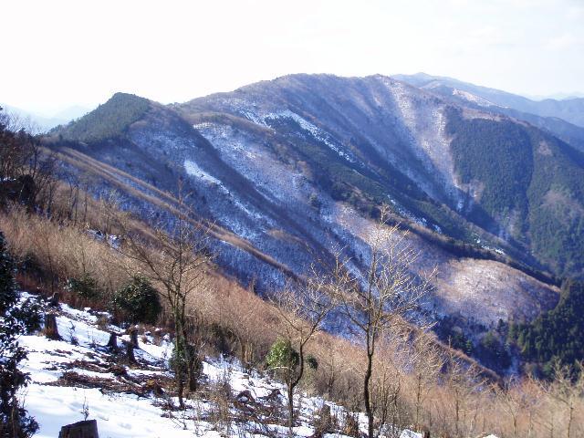 石地力山から果無縦走路を望む