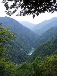 大間ダムと青色のダム湖