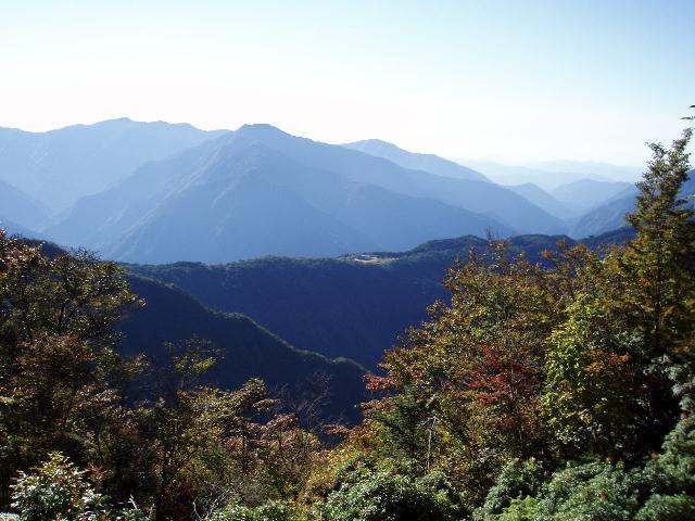 常光寺山から家老平・京丸山を望む