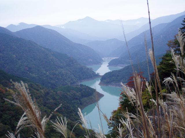 長島ダム湖と大小屋戸山