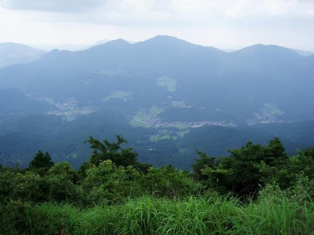 雌岳から二本ボソ・倶留尊山を望む