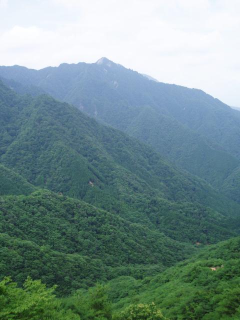 重ね岩から鎌ヶ岳を望む