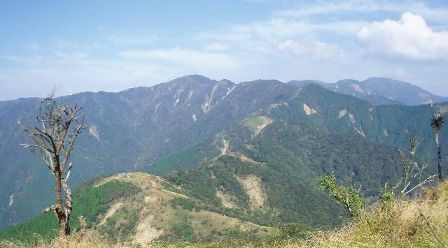 塔ノ岳を望む